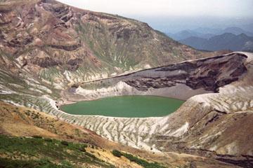 エメラルドグリーンの火口湖