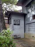 木造の電話ボックス