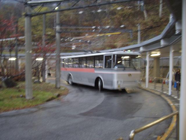 トロリーバス 関電トンネル 300型  関電トンネルトロリーバスは、少しだけ外を走る 立山黒部ア