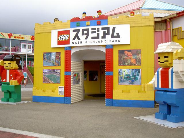 LEGOスタジアム入口に立つ2体の巨大なレゴ人形