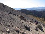 ガレ場を登る登山者