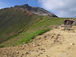 避難小屋と茶臼岳