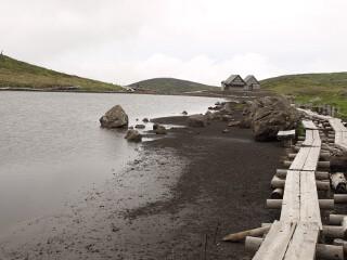 阿弥陀池と避難小屋