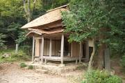 白木造藁葺、間口2間、奥行9尺