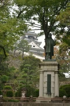 高知城と板垣退助像