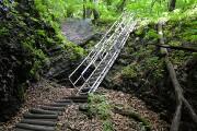 勾配の急な階段