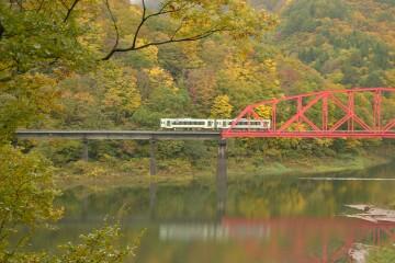 錦秋湖鉄橋を渡る列車