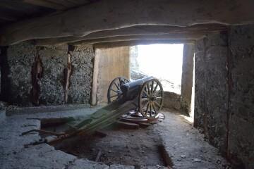 旧日本陸軍の砲台レプリカ