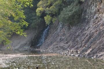 石壁(赤壁)と桶樋の滝