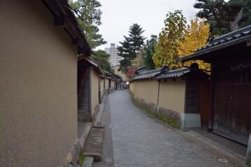 黄土色の土塀