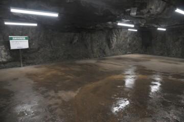 坑道内休憩所跡